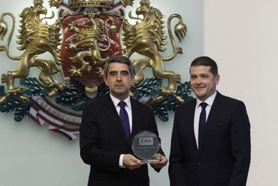 Plevneliev con il premio di European Outsourcing Association 2015